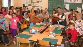 Alt und Jung spielen gemeinsam Gitarre