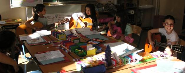 Wir – die Kinder der 3a,b und 4a,b – spielen gemeinsam Gitarre